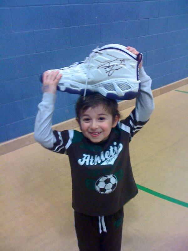Max holding Shaq's shoe